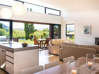Three Rivers, riverside warm sunny holiday home - Otago Region vacation rentals