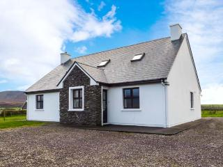 WELL ROAD COTTAGE, detached, open fire, en-suites, pet-friendly, walking distance to lake, near Waterville, Ref 916811 - Waterville vacation rentals