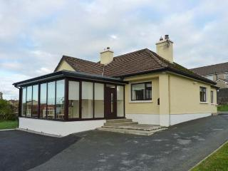 CLIFF LODGE, detached cottage, a 5 minute walk from town amenities, open fire, multi-fuel stove, en-suite facility, in Loughrea, - Portumna vacation rentals