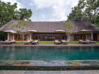 Tirtadari Villa, 7 Bedroom Villa in Kerobokan - Lingga vacation rentals