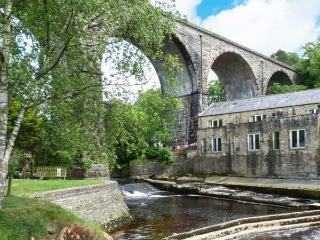 PARK VIEW MILL, mill conversion with two balconies overlooking river, en-suite facilities, WiFi, in Ingleton, Ref. 911704 - Yorkshire Dales National Park vacation rentals