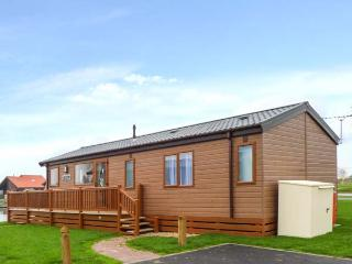 OWL'S NEST, detached, modern log cabin overlooking lake, hot tub, on-site facilities, in Tattershall, Ref 918270 - Kenwick vacation rentals