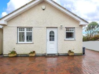 LITTLE PETROC, ground floor, detached cottage just one mile from Par Sands, king-size double bed, courtyard with furniture, in Tywardreath, Ref 918008 - Tywardreath vacation rentals