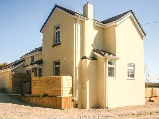 IVY LEAF COTTAGE, family-friendly, en-suites, woodburner, walks from door, near Bude, Ref 905319 - Bude vacation rentals
