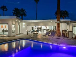 Splendid Contemporary Villa Warm Sands Retreat with Pool, Hot Tub & Palm Trees - Palm Springs vacation rentals