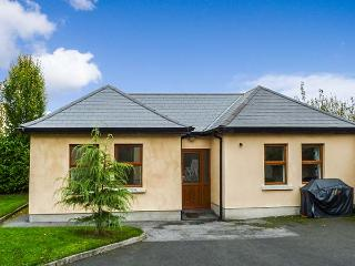 5 KILNAMANAGH MANOR, pet-friendly cottage with WiFi, ground floor accommodation, near pub, in Dundrum, Ref. 905704 - Thurles vacation rentals