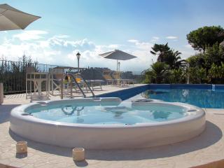 Esclusivo Appartamento In Villa Con Piscina E Panorama Spettacolare - Sant'Omero vacation rentals