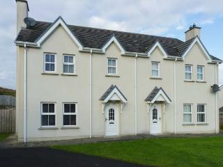 SADDLER COTTAGE, semi-detached, open fire, pet-friendly, enclosed garden, near Carndonagh and Malin Head, Ref 917385 - Carndonagh vacation rentals