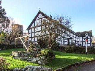MAY COTTAGE, black and white timbered, WiFi, woodburning stove, garden with furniture, great walking base, in Eardisley, Ref 916763 - Eardisley vacation rentals