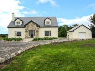 CASTLE VIEW, detached, spacious house with WiFi and an open fire, garden with views, near Dunmore Castle, Ref 918221 - County Galway vacation rentals