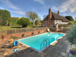 MANOR FARMHOUSE thatched cottage with swimming pool, sauna, snooker table in Milstead Ref 919243 - Lynsted vacation rentals