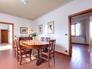 Quiet luxury apartment in oltrarno district of Florence with available wi-fi, sleeps up to 7 - Florence vacation rentals