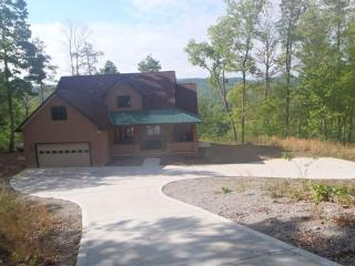 Vista Lael Lodge is a gorgeous vacation cabin with views of Norris Lake surrounded by forest. - Rutledge vacation rentals