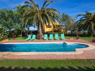 Incredible 5-bedroom villa in La Selva for 14, only 11km from the beach! - Salou vacation rentals