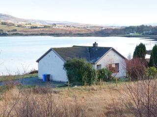 WOODLANDS COTTAGE, detached cottage on the banks of Loch Snizort, ground floor, open fire, beautiful views, near Portree, Ref 91 - Isle of Skye vacation rentals