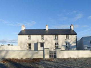 GRANGE FARMHOUSE, pet friendly, character holiday cottage, with a garden in Fethard-On-Sea, County Wexford, Ref 9772 - Foulksmills vacation rentals