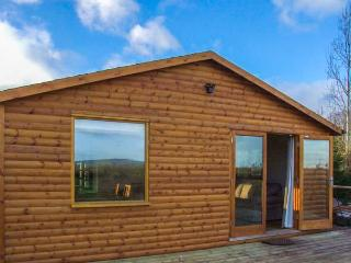 LOG CABIN AT FURLONGS FARM, detached cabin with hot tub, en-suite, woodburner, views, Ripple Ref 914043 - Gloucestershire vacation rentals