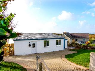 HARBOUR LIGHTS, detached, ground floor cottage, 5 mins walk from beach, woodburning stove, hot tub and sauna, in Church Bay, Ref - Island of Anglesey vacation rentals