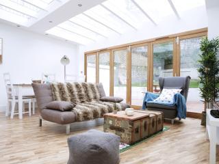 Modern 2 Bed Garden Flat in Maida Vale - London vacation rentals