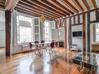 Marais Vosges 2BR / 2BA Luxury with A/C: Sleeps 6. - Issy-les-Moulineaux vacation rentals
