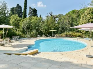 Contemporary apartment in the Var, Provence, with 2 bedrooms, shared pool and garden - La Garde vacation rentals
