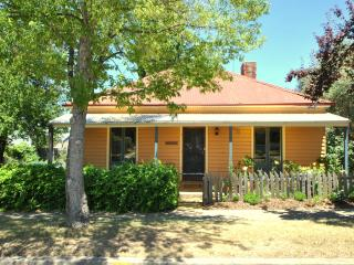 Cooma Cottage - Cooma vacation rentals