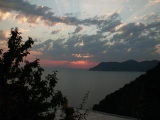 Rossi tramonti sul mare visti dal balcone - Corniglia vacation rentals