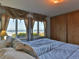Ocean View. Honeymoons. Hot Tub. Secluded. $239 - Seal Rock vacation rentals