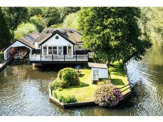 SOUTHOVER river frontage, hot tub, 5-seater boat in Wroxham Ref 904316 - Wroxham vacation rentals