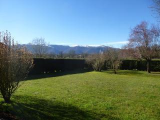 Holiday apartment facing the Pyrenees - Gelos vacation rentals