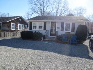 ADORABLE COTTAGE, 1MILE TO BEACH, 2BEDROOMS 1BATH 124758 - Cape Cod vacation rentals
