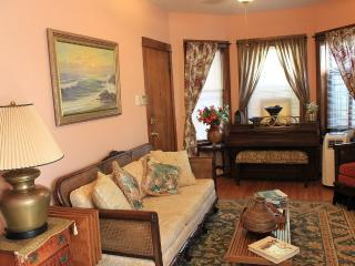 VINTAGE 4-BR IN LINCOLN SQUARE EASILY SLEEPS 8 - Chicago vacation rentals