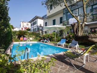 Il glicine appartamento in villa con piscina - Sant'Agata sui Due Golfi vacation rentals