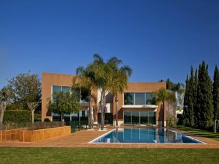 6 BEDROOM VILLA WITH PRIVATE POOL, GOLF VIEW, BARBECUE AND INTERNET – VILAMOURA - REF. LAGU153933 - Vilamoura vacation rentals