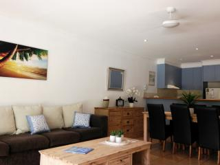 2 BR VILLA, PRIVATE POOL, FREE WIFI - Cairns District vacation rentals