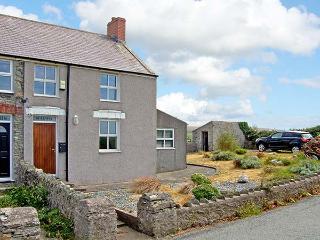 GLASFRYN, end-terrace, woodburner, pet-friendly, in Llanfaethlu, Ref 917102 - Llanfaethlu vacation rentals