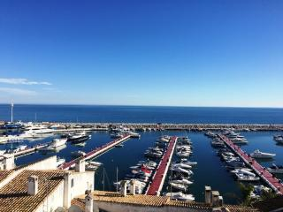 Panoramic views in heart of Banus apartment - Puerto José Banús vacation rentals
