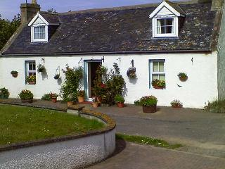 BLUEBELL COTTAGE, coastal stone cottage, enclosed garden, parking, in Portmahomack, Ref. 9066126 - Portmahomack vacation rentals