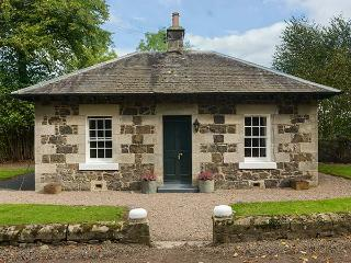LODGE, detached cottage in castle grounds, woodburning stove, roll-top bath, near Auchtermuchty, Ref 917991 - Letham vacation rentals