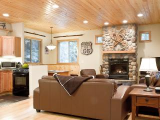 Snowline Chalet, Gated Community, WIFI, Hot Tub, Sleeps 6, Foosball Table, Gourmet Kitchen - Glacier vacation rentals