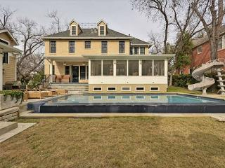 4BR/4.5BA Texas Chic House, Infinity Pool, Trampoline, West Campus, Sleeps10 - Austin vacation rentals