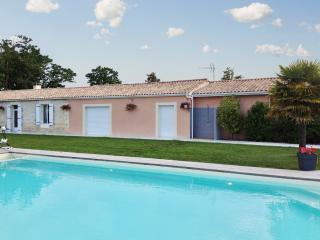 Spacious and elegant country house among the vineyards of Médoc, with pool and vast garden - Hourtin-Plage vacation rentals
