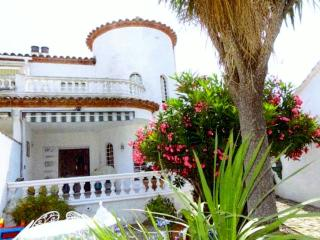 Spanish villa with mooring and swimming pool - Empuriabrava vacation rentals