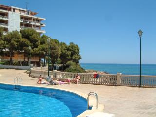 """Edison"" - house in Peniscola, on the coast between Valencia & Barcelona, w/ terrace and shared pool - Cannes vacation rentals"