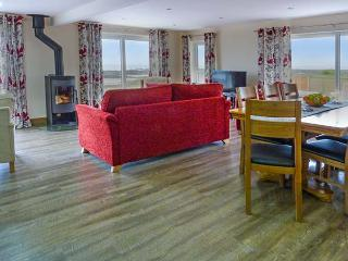 SPINDRIFT, detached beachfront cottage, all ground floor, en-suites, WiFi, woodburner, in Southerness, Ref 919273 - Southerness vacation rentals