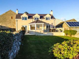 TY TOP, enclosed garden, eco-friendly, WiFi, en-suite bathroom, Ref 912303 - Island of Anglesey vacation rentals