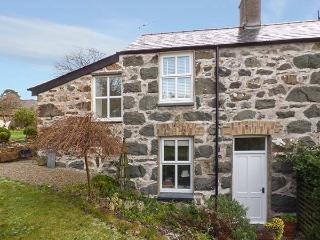 GARDEN COTTAGE, centrally located, WiFi, off road parking, garden, in Criccieth, Ref 920499 - Llanfair vacation rentals