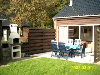 """De Kreek"" – charming house by Lake Grevelingen with sunny terrace and shared garden - Bruinisse vacation rentals"