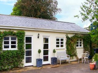BIRCH LODGE, wet room, Sky TV, WiFi, pet-friendly cottage near Charlton Marshall, Ref. 914859 - Swanage vacation rentals