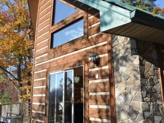 Dream Catcher Cabin - 2 Bedroom with Mountain View, Hot Tub, Internet and Xbox 360 -- Convenient to Attractions - Fontana Dam vacation rentals